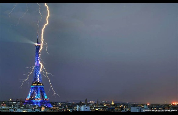lightning-striking-the-eiffel-tower